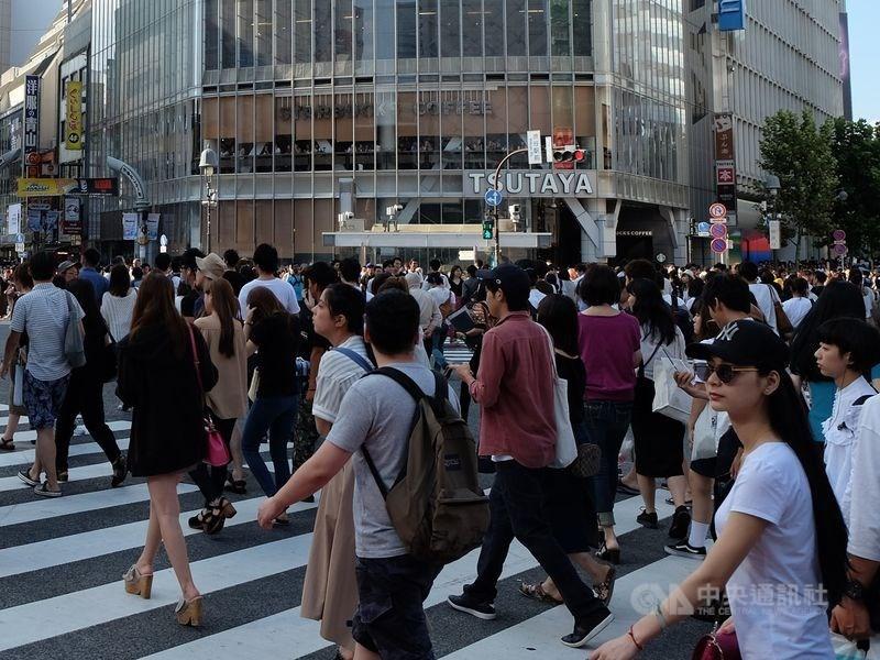 日本政府25日決定,將從2020年1月1日起,在公文書上用「先姓後名」的方式來記載日本人姓名羅馬拼音。圖為東京澀谷街頭。(中央社檔案照片)