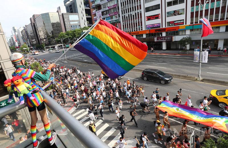 第17屆台灣同志遊行26日下午登場,同志運動先驅祁家威(左)揮舞大型彩虹旗迎接遊行隊伍。中央社記者王騰毅攝 108年10月26日