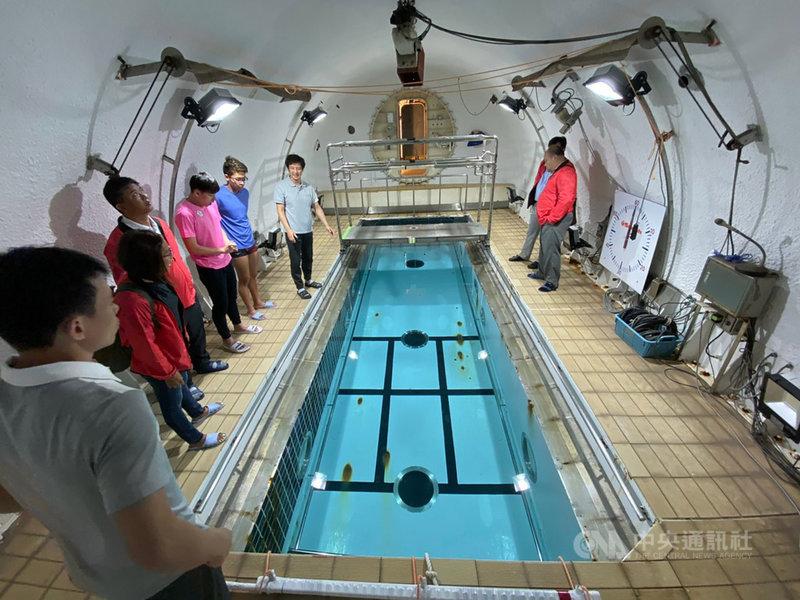 已取得東京奧運參賽門票的台灣泳將王冠閎、王星皓,28日前往日本鹿兒島鹿屋體育大學移地訓練2週,將藉運動科學輔助,透過儀器檢測找出優缺點,也會透過水阻力檢測結合密閉艙模擬低氧環境,展開一系列訓練。(國立體大提供)中央社記者龍柏安傳真 108年10月28日