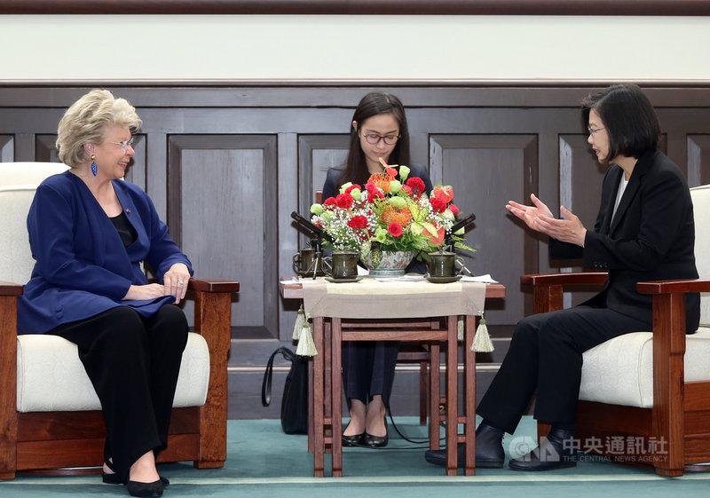 總統蔡英文(右)28日在總統府,接見盧森堡國會議員蕾汀(Viviane Reding)(左)訪問團,蔡總統說,蕾汀議員是台灣的老朋友,協助多項友台議案通過,感謝20多年來對台灣一路相挺。中央社記者鄭傑文攝 108年10月28日