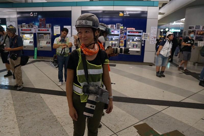 禁蒙面法實施後,香港警方和記者衝突有增無減。攝影記者詹姆斯(前)27日在旺角採訪期間遭警方逮捕,被控「阻差辦公」。(圖取自twitter.com/tomgrundy)