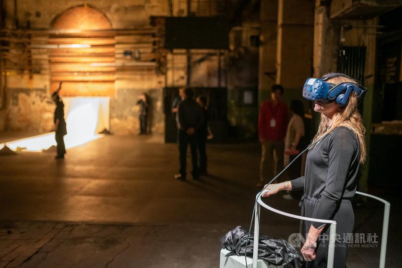 陶亞倫讓觀眾戴上虛擬實境眼鏡,發現建築的歷史。(威瑪藝術節提供)中央社記者林育立柏林傳真 108年10月28日
