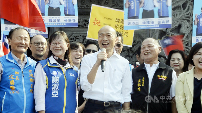 國民黨總統參選人韓國瑜(前左3)28日在國民黨立委參選人謝淑亞(前左2)陪同下,前往雲林斗六南聖宮參拜,圖為韓國瑜致詞。中央社記者蔡智明攝 108年10月28日