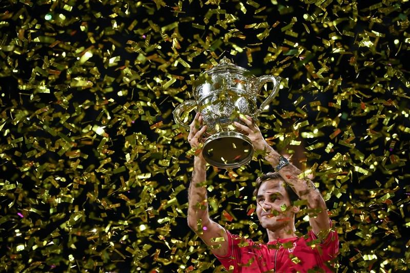瑞士網球名將費德瑞27日在瑞士室內網賽直落二擊敗澳洲小將德米瑙爾,輕鬆在家鄉巴塞爾奪下他在這項賽事的第10座冠軍金盃。(圖取自twitter.com/atptour)
