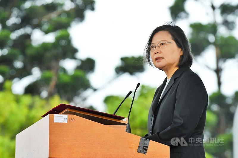 總統蔡英文29日表示,政府希望台灣農業開始走向智慧化、自動化且省人力的現代農業,所以政府除提供農機低利貸款,對於小型的農機具也有補助1/3,而補助制度的最後一塊拼圖就是大型的農機補助。中央社記者吳睿騏桃園攝 108年10月29日