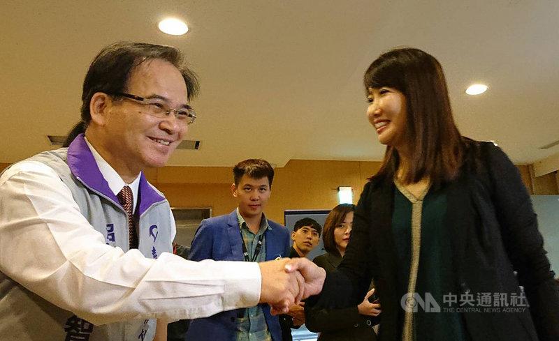 永齡基金會副執行長蔡沁瑜(右)29日也現身台灣維新立委提名記者會表達祝賀。中央社記者葉素萍攝  108年10月29日