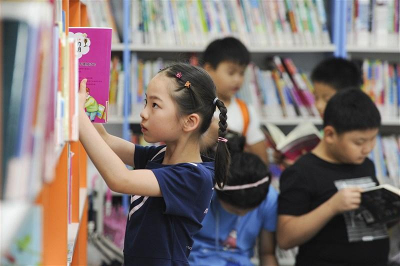 中國官方宣布,表示為了「深入學習習近平新時代中國特色社會主義思想」,將對全國中小學圖書館的圖書和期刊展開清查。(檔案照片/中新社提供)