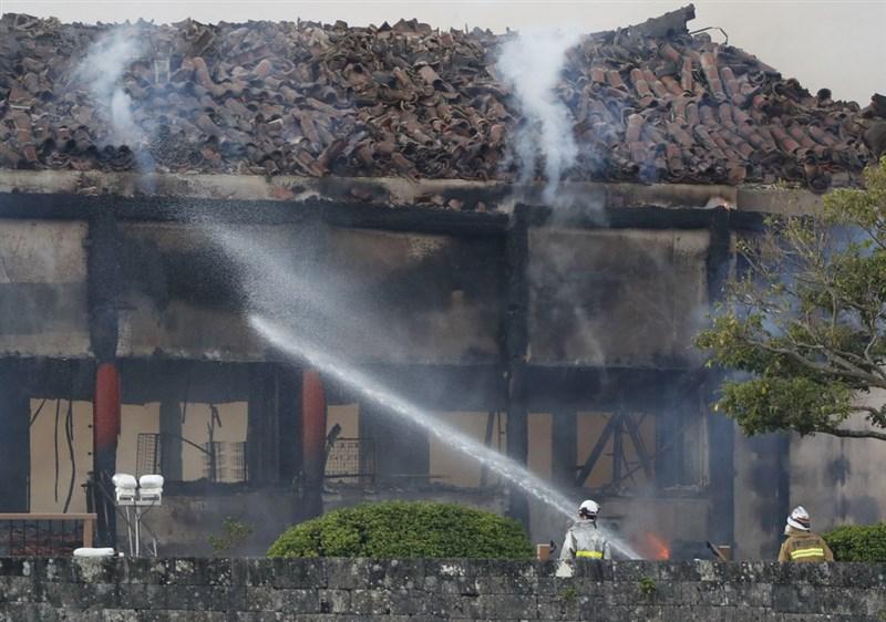 日本沖繩島列為世界遺產的首里城31日清晨慘遭祝融肆虐,首里城內的主殿、北殿、南殿燒毀,消防人員仍在撲滅火勢。(共同社提供)中央社 108年10月31日