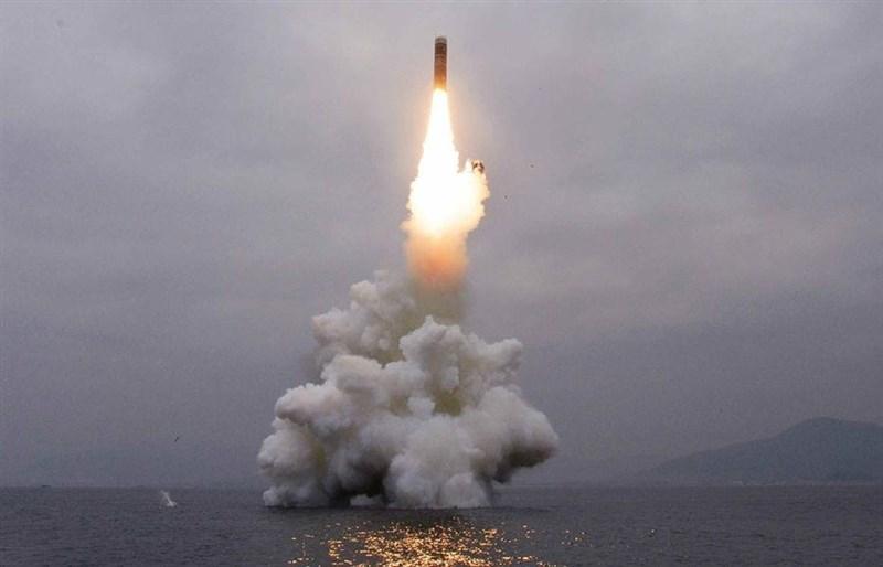 南韓軍方表示,北韓31日下午朝南韓東方海面發射兩枚短程發射體。圖為北韓10月2日試射一枚潛射彈道飛彈。(圖取自勞動新聞網頁rodong.rep.kp)
