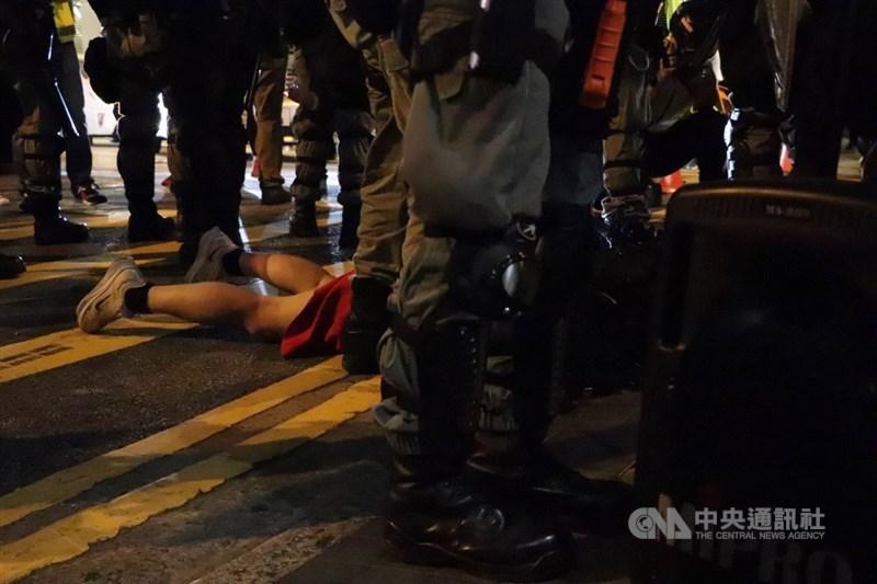 專家學者分析中共19屆四中全會公報內容,評估中共對港政策將進一步收緊。圖為反送中31日萬聖節集會遊行,警方晚間在蘭桂芳附近逮捕示威者。中央社記者張謙香港攝 108年10月31日