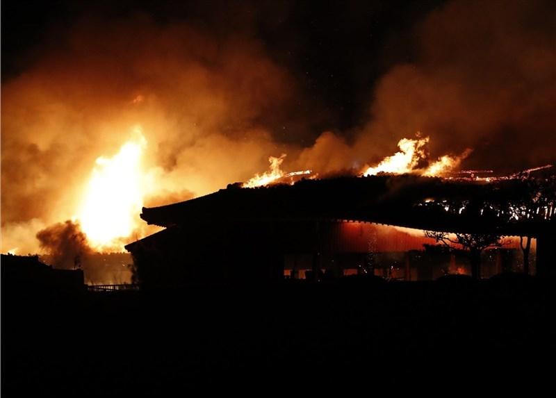位於日本南部沖繩的世界文化遺產「首里城」宮殿10月31日清晨發生大火,燒毀包括正殿在內的7棟建築。(共同社提供)