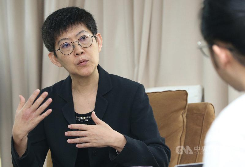 國際OTT平台(影音串流平台)帶著多元內容登陸台灣,讓傳統影視音業者感受到巨大壓力,公視總經理曹文傑接受中央社專訪時表示,台灣影視音內容得開始改變,且堅持地做下去。中央社記者鄭傑文攝 108年11月2日