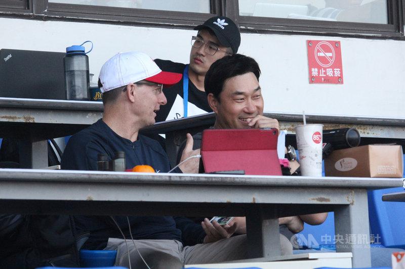 世界12強棒球賽將開打,韓國隊情蒐人員奉重根(右)現身台中洲際棒球場,他3日表示,雖然是來對古巴隊情蒐,但被中華隊的表現「嚇到」,認為台灣投手不輸日本,球速上非常有利。中央社記者楊啟芳攝 108年11月3日