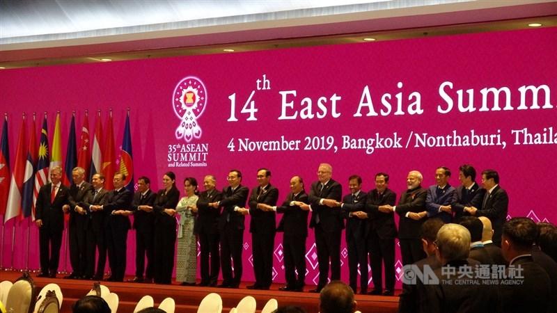 第35屆東南亞國家協會高峰會及相關會議11月2到4日在曼谷登場。圖為各國領導人在4日的東亞峰會中合照。中央社記者呂欣憓曼谷攝 108年11月4日