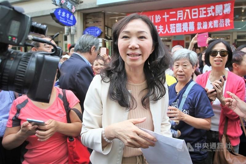對於國民黨籍總統參選人韓國瑜提出的學貸免息若發生呆帳,韓國瑜妻子李佳芬(前)3日表示「政府就把它吃了吧」。(中央社檔案照片)