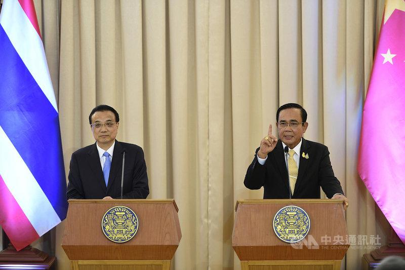 第35屆東南亞國家協會高峰會(ASEAN Summit)及相關會議在曼谷登場,訪泰的中國國務院總理李克強(左)5日赴泰國總理府和泰國總理帕拉育(右)雙邊會談。(泰國總理府提供)中央社記者呂欣憓曼谷傳真 108年11月5日