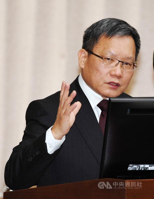 財政部長蘇建榮6日指出,觀察美中貿易戰帶來的最大影響在於產業結構轉變,紅色供應鏈及非紅色供應鏈出現區隔,未來應該也會持續按照此趨勢發展,長遠來看,對台灣來說,這是正面發展。中央社記者施宗暉攝 108年11月6日