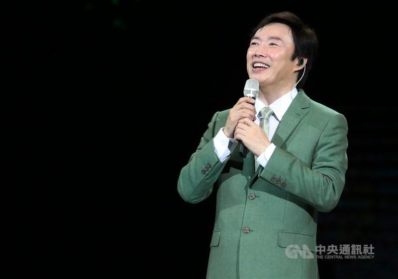 費玉清在2018年以一封親筆手寫信表示,2019年巡迴演唱會後結束46年的歌唱生涯,他招牌的仰頭唱姿及獨特歌聲將成絕響。(中央社檔案照片)