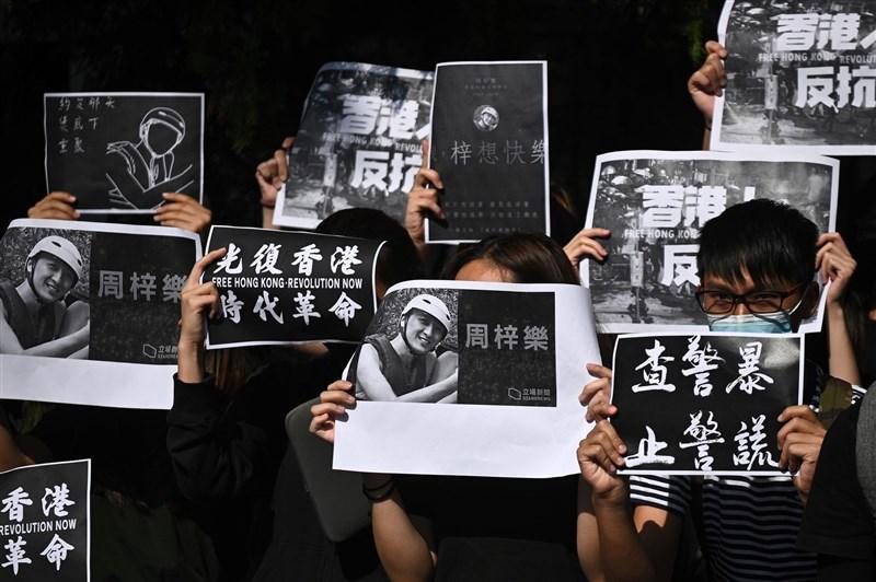 香港科技大學生周梓樂8日上午傷重死亡後,觸發「反送中」新一輪示威活動,中午以後多區有悼念示威活動。(法新社提供)