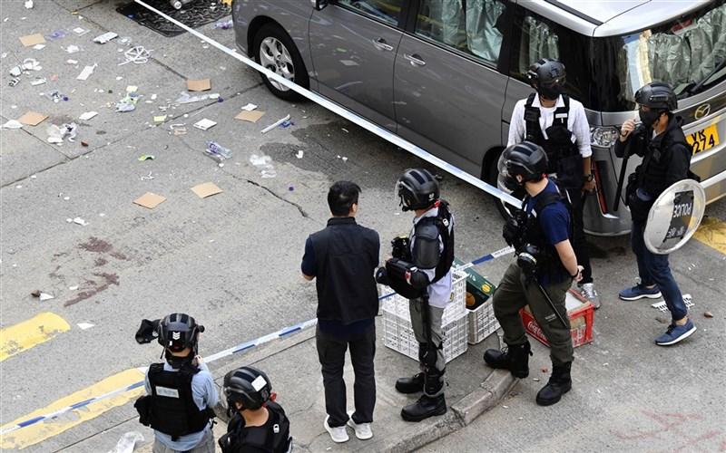 香港反送中群眾11日發起「三罷」活動,有警方在制伏堵路示威者時開3槍,至少1人中彈,現場地上有血跡。中槍的21歲周姓示威者送醫後,手術切除右腎和部分肝臟。(共同社提供)