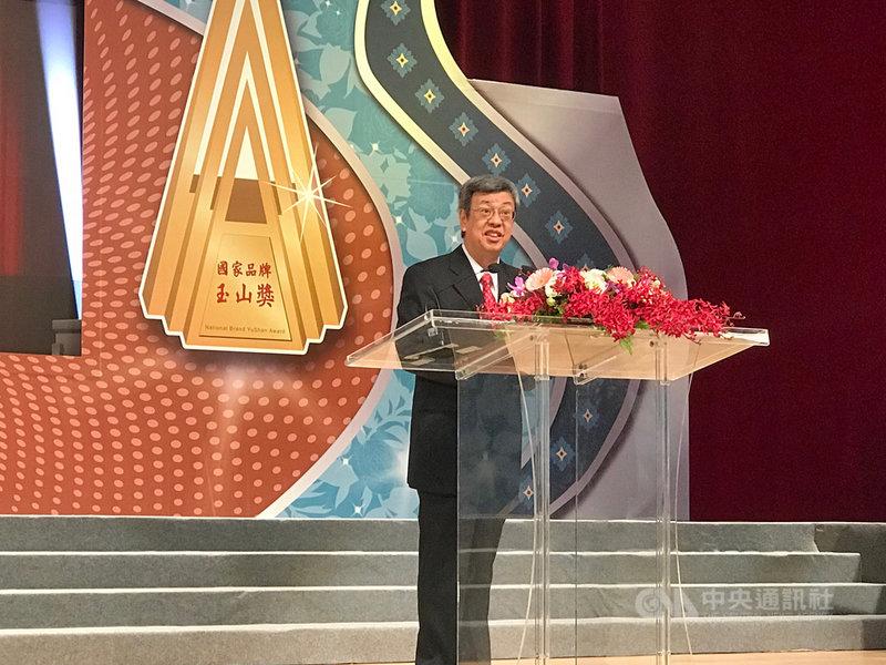 副總統陳建仁11日出席第21屆國家建築金質獎暨第16屆國家品牌玉山獎時詞表示,政府將站在興利便民角度繼續鬆綁行政程序,維繫國家競爭力。中央社記者潘羿菁攝 108年11月11日