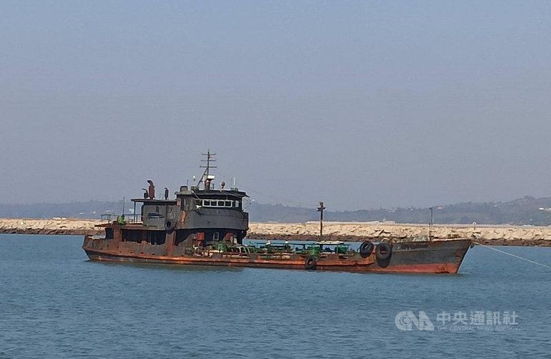 海巡署金門海巡隊表示,海巡署艦隊分署支援500噸級金門艦及PP-10039艇,在烏坵海域查獲大陸運補船,當場查扣船上5名船員,歷經10小時的押解航程後,11日抵達料羅港。(金門海巡隊提供)中央社記者黃慧敏傳真 108年11月11日