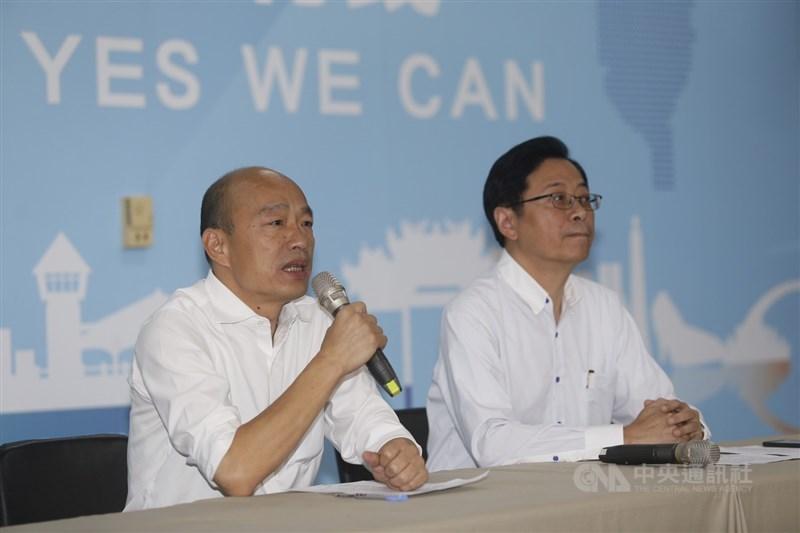國民黨總統參選人韓國瑜(左)11日在國民黨高雄市黨部召開記者會,宣布由國政顧問團總召張善政(右)擔任副手。 中央社記者董俊志攝 108年11月11日