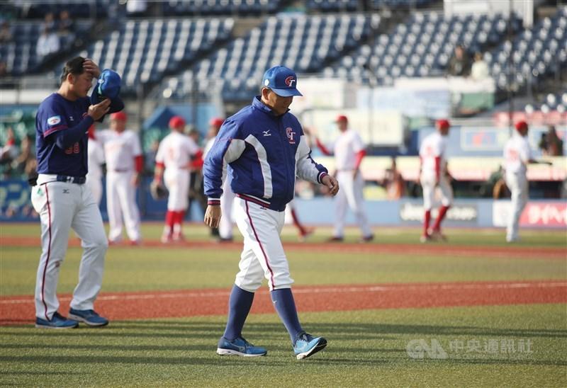 中華隊11日在世界12強棒球賽複賽首戰,全場只出現3支零安打沒有得分,最終以0比2不敵墨西哥。中華隊總教練洪一中(前中)鞠躬後離場。中央社記者張新偉千葉攝 108年11月11日