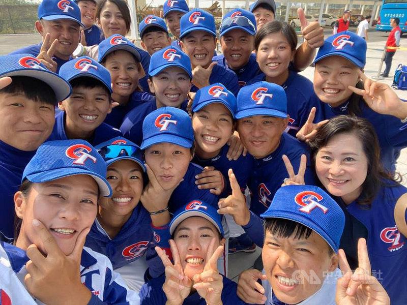 2019年第2屆亞洲女子棒球錦標賽,中華隊(圖)13日複賽首戰與日本隊交手,中華隊守備失誤多,加上打線受制,以1比16、4局吞敗,14日將與中國隊交手,力拚冠軍戰門票。(中華女棒隊教練顏良吉提供)中央社記者謝靜雯傳真 108年11月13日
