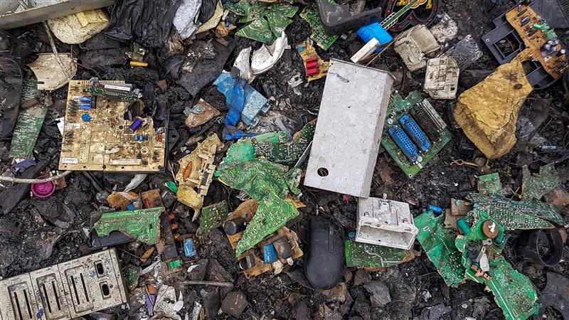 許多人在家電產品故障時選擇丟棄,製造出龐大電子垃圾。歐盟成員國意識到現行鼓勵回收制度還不夠,於是9月底歐盟通過新環保設計法規,要求廠商修改冰箱、洗碗機等產品設計,除要耐用更要易維修。(示意圖/圖取自維基共享資源;作者Muntaka Chasant,CC BY-SA 4.0)