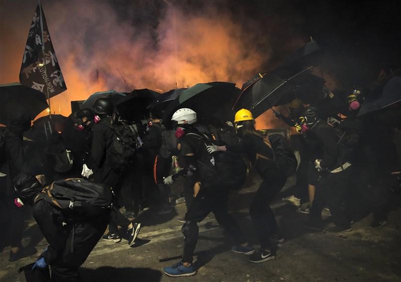 香港中文大學遭警方強行進入,引發全港校園動盪。香港中文大學13日傍晚宣布,本學期「即時結束」;浸會大學下午則正式宣布,本學期將於2週內結束。(美聯社)
