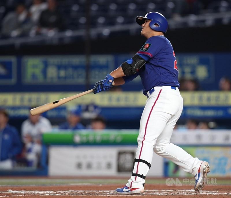 2019世界12強棒球賽複賽,中華隊12日晚間在日本千葉ZOZO球場對戰韓國隊,7局上中華隊陳俊秀敲出全壘打,帶有3分打點。中央社記者張新偉千葉攝 108年11月12日