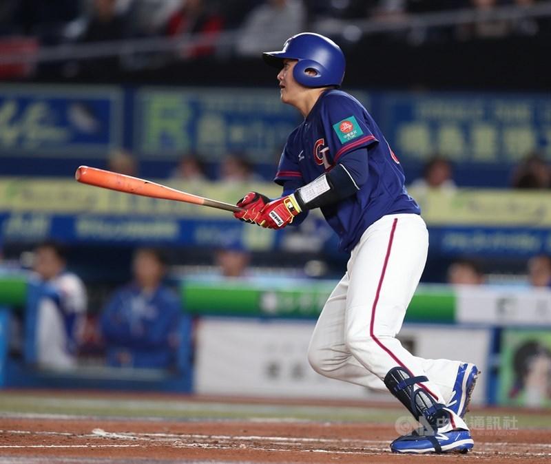 2019世界12強棒球賽複賽台韓大戰,12日晚間在日本千葉球場舉行,高宇杰先發捕手上陣,有安打表現。中央社記者張新偉千葉攝 108年11月12日