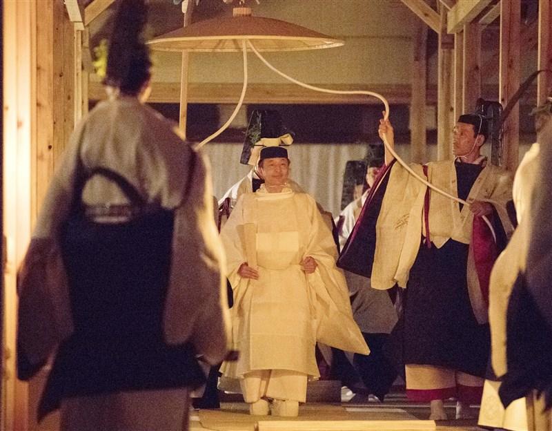 日本皇室14日舉行大嘗宮之儀等「大嘗祭」,日皇德仁(中)穿上最重要的祭神白服「御祭服」出席。(共同社提供)