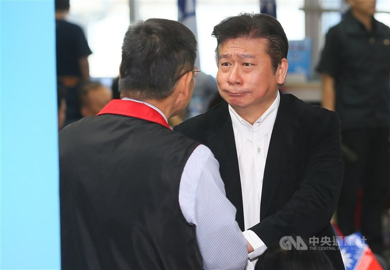國民黨16日舉行中央委員會第三次全體會議,針對不分區立委名單行使同意權。列在17名的前陸委會副主委張顯耀(右)不同意票106票、超過出席人數過半,將取消提名。中央社記者謝佳璋攝 108年11月16日