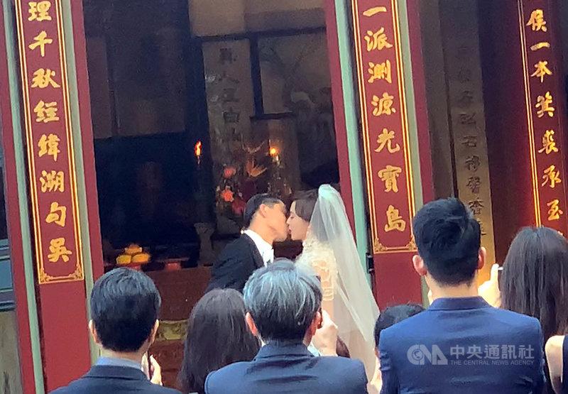 藝人林志玲(後右)和日本男星AKIRA(後左)17日下午在台南市中西區全台吳姓大宗祠舉行婚禮,兩人在親友團前甜蜜親吻,宣誓攜手終身。中央社記者張榮祥台南攝 108年11月17日