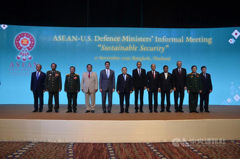東南亞國家協會國防部長非正式會議16日到19日在曼谷舉行,17日東協10國國防部長和美國國防部長艾斯培(Mark Esper)(左5)會談。(東協秘書處提供)中央社記者呂欣憓曼谷傳真 108年11月17日