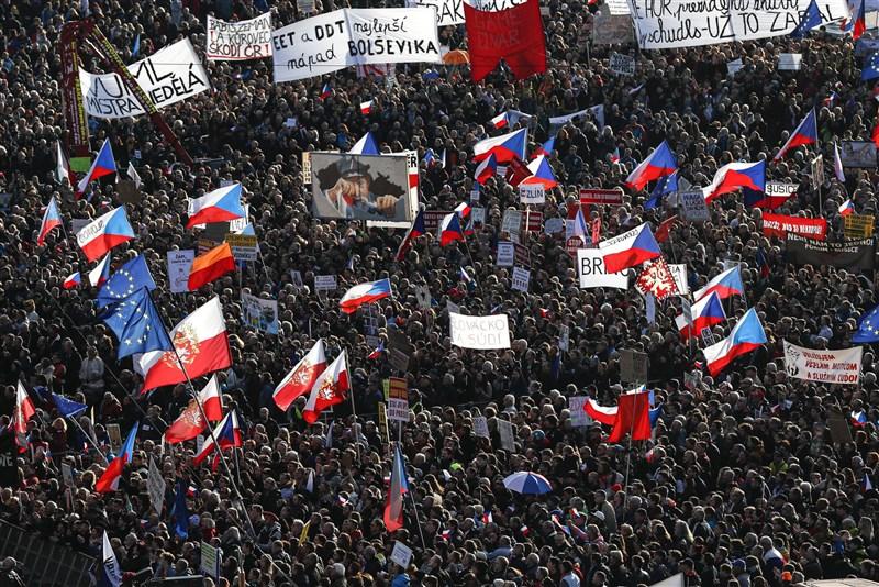 約25萬名捷克民眾16日湧入首都布拉格市中心,紀念「絲絨革命」30週年,並要求涉貪的億萬富豪總理巴比斯下台。(美聯社)