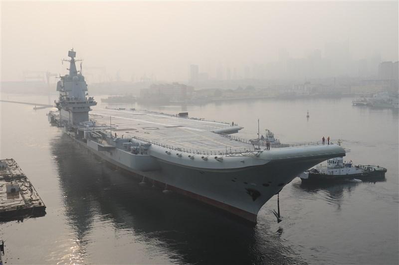 國防部表示,中國首艘自製編號002號航空母艦17日由北向南編隊自東海航經台灣海峽。圖為2018年5月13日002航母首次出海試驗。(檔案照片/中新社提供)