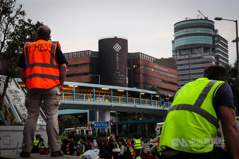 近來香港反送中運動爆發激烈警民衝突,警方18日起包圍香港理工大學,並在校區外設防線,大批媒體19日在校外守候消息。中央社記者吳家昇攝 108年11月19日