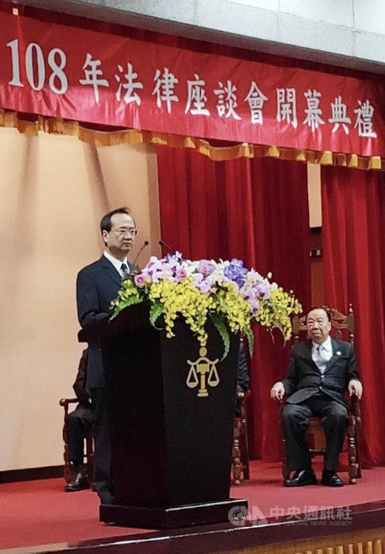 台灣高等法院20日起舉行3天法律座談會,司法院長許宗力(左)出席開幕式,並致詞表示,面對無的放矢的不當批評,各級法院須以更加白話的方式,快速、有效地做出澄清說明。(高等法院提供)中央社記者劉世怡傳真  108年11月20日