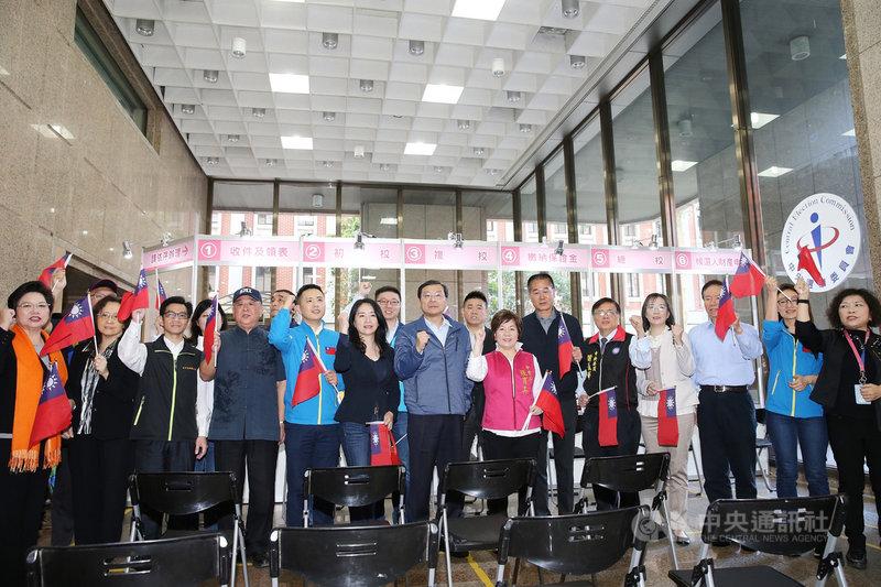 國民黨不分區立委提名人21日共同前往中選會進行登記,排名第一的曾銘宗(前左7)率領大家呼口號加油造勢。中央社記者郭日曉攝 108年11月21日