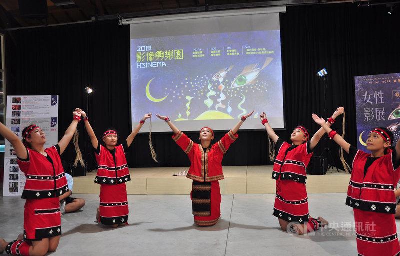 宜蘭縣文化局主辦的「2019影像興樂園」影展,22日起將在中興文化創意園區登場,國華國中原住民舞蹈班21日在園區表演,為活動宣傳。中央社記者沈如峰宜蘭縣攝 108年11月21日