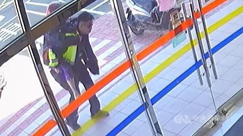 新竹縣一名65歲方姓婦人20日牽車時被風吹倒遭機車壓住,警員楊昱彥助方婦脫困,並揹回派出所休息、協助送醫,方婦21日感謝警方的協助,直說「超暖心」。(警方提供)中央社記者郭宣彣傳真 108年11月21日