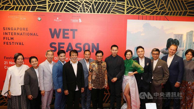 第30屆新加坡國際電影節開幕,陳哲藝導演「熱帶雨」是開幕片,圖為星國副總理王瑞杰(左7)、陳哲藝(右6)、熱帶雨演員、電影節與新加坡媒體節人員合影。中央社記者黃自強新加坡攝 108年11月21日