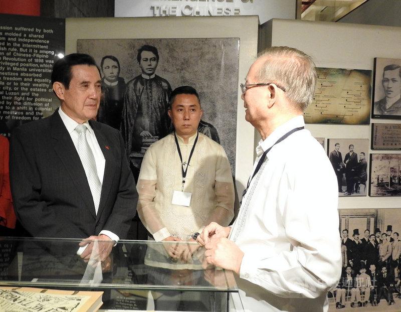 中華民國前總統馬英九(左)22日到24日訪問菲律賓,22日前往菲華歷史博物館參觀,聽導覽員介紹菲律賓國父黎薩(Jose Rizal)經歷。中央社記者陳妍君馬尼拉攝 108年11月22日