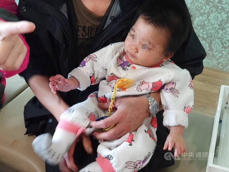 苗栗縣頭份市衛生所23日指出,一名婦人在外地產下女嬰,長達半年都沒有施打疫苗,經半個多月追蹤,發現5個月大女嬰疑遭生父家暴,目前已進行安置。(頭份衛生所提供)中央社記者魯鋼駿傳真 108年11月23日