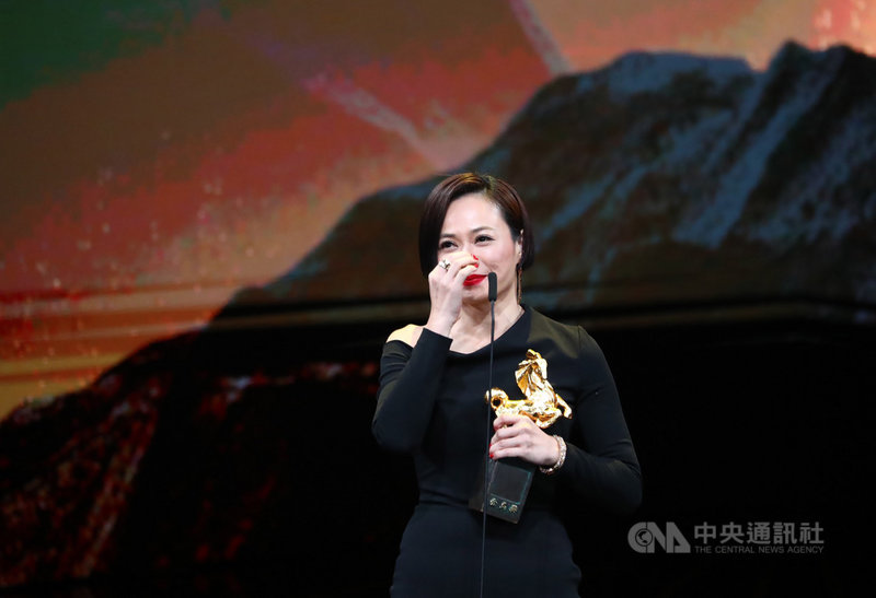 第56屆金馬獎23日晚間在台北國父紀念館盛大舉行頒獎典禮,最佳女主角獎由演員楊雁雁(圖)以電影「熱帶雨」奪得,致詞深深感謝劇組團隊成員,「熱帶雨中的每一滴雨,都是你們的汗跟心血做出來的。」中央社記者王騰毅攝 108年11月23日