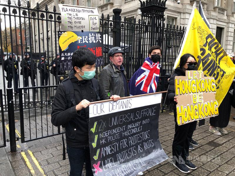 為了聲援家鄉,香港人23日在英國各大城市串聯遊行,倫敦有上千人響應,遊行團體並到唐寧街遞交陳情信。中央社記者戴雅真倫敦攝 108年11月24日