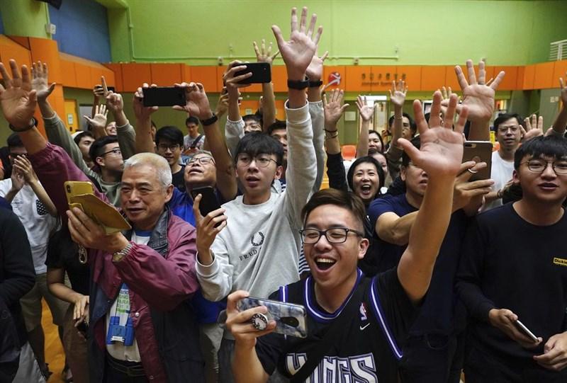 香港泛民主派在區議會選舉中大獲全勝,「外交政策」雜誌指出結果與北京媒體預想不同使他們驚慌失措。圖為泛民主派支持者獲知選舉大勝消息,喜悅之情溢於言表。(美聯社)